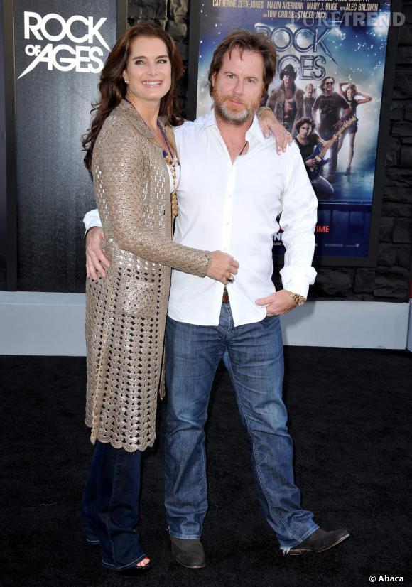 Brooke Shields n'a pas jugé important de porter une robe. Un jean, un long gilet doré, et Chris Henchy à son bras : voilà qui est suffisant.