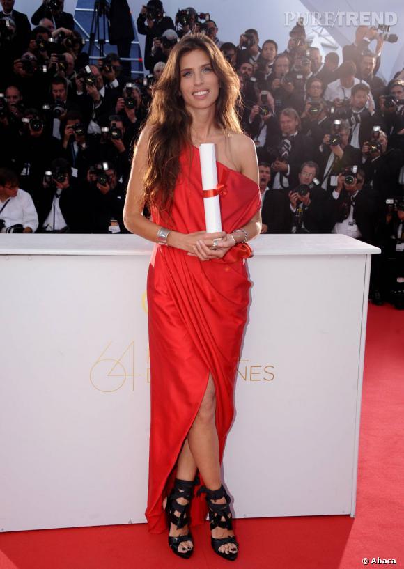 Lors du Festival de Cannes 2011, elle incendie la cérémonie de clôture dans cette robe rouge Balenciaga.