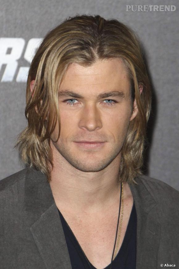 Chris Hemsworth entoure son visage carré d'une chevelure mi-longue dorée... Pourquoi pas !?
