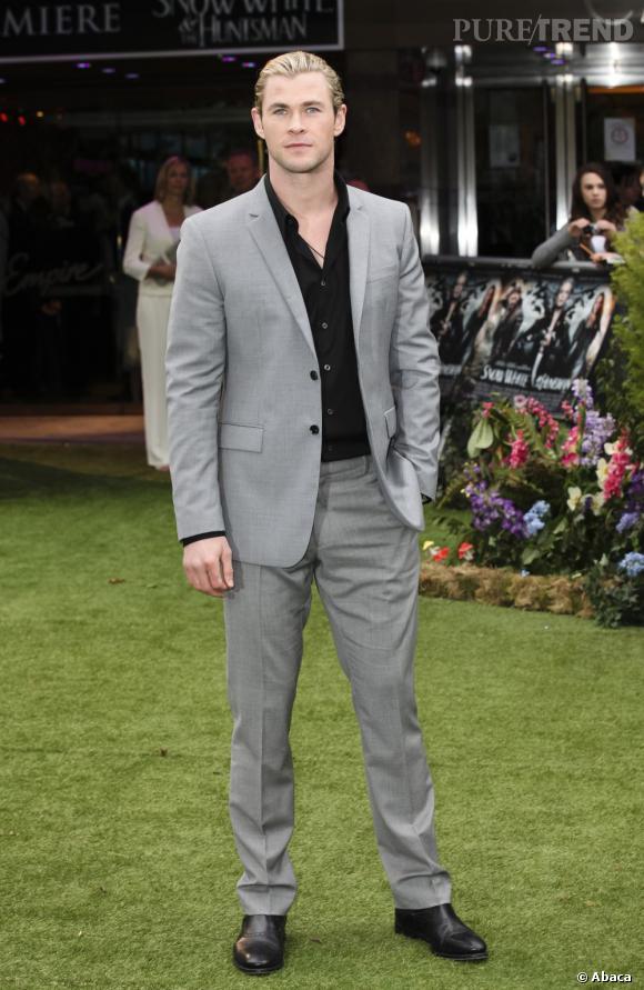 Chris Hemsworth, sur tapis rouge ( enfin... vert ), arbore un look chic et classique.