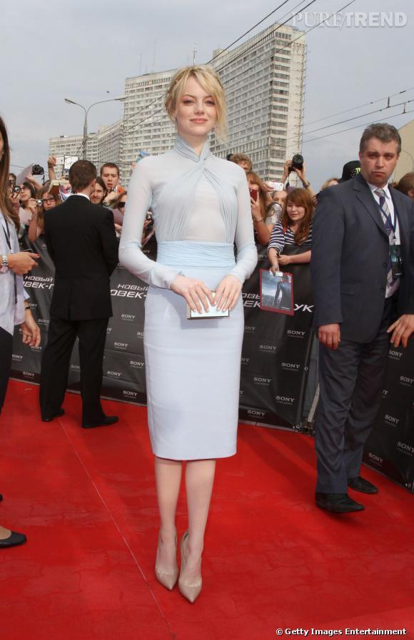 Très chic dans une robe bleu pastel Emilio Pucci, Emma Stone charme la Russie