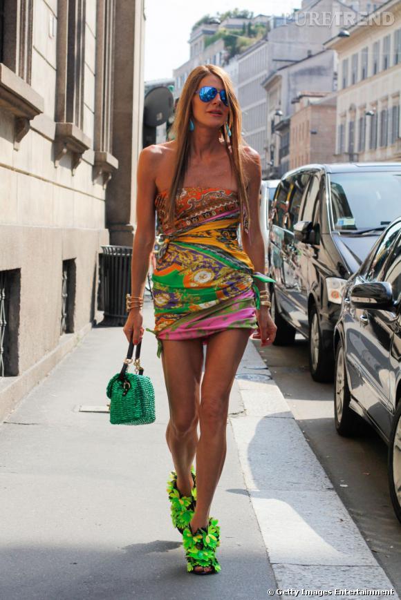 Anna Dello Russo en minirobe foulard Dolce & Gabbana et sandales Blumarine avec un sac signé Dolce & Gabbana en prime.