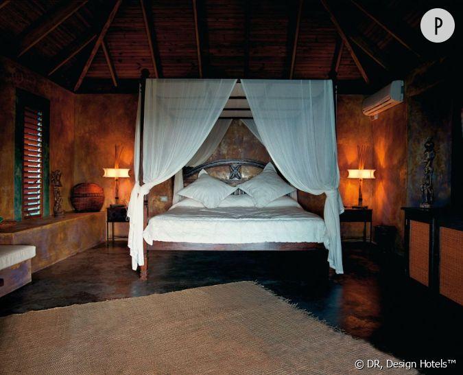 le lit baldaquin king size d 39 une chambre ouverte sur une terrasse en bambou. Black Bedroom Furniture Sets. Home Design Ideas