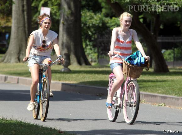 """Dakota Fanning et Elizabeth Olsen font un tour en vélo sur le tournage de leur film """"Very Good Girls"""""""