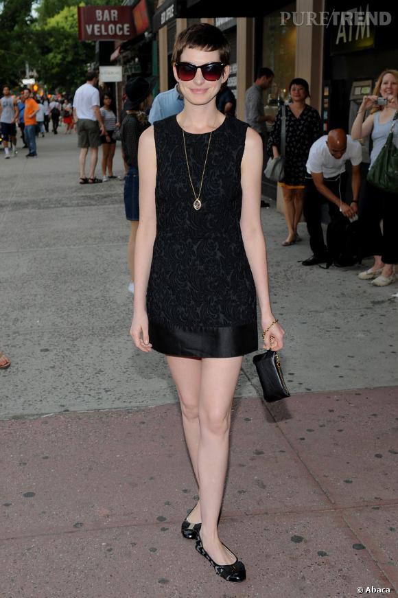 Anne Hathaway porte toujours avec beaucoup d'élégance sa coupe de cheveux courts