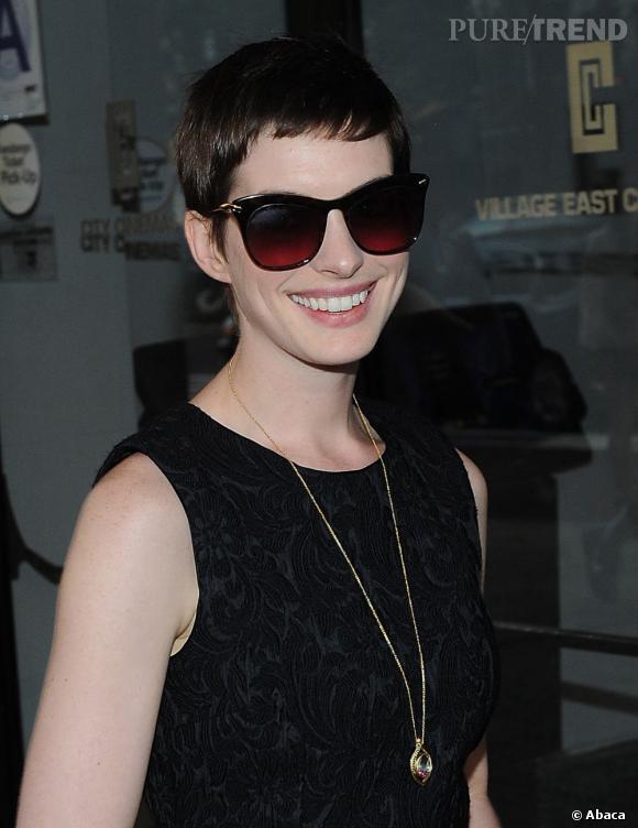 Même si l'actrice se cache derrière de larges lunettes de soleil, son sourire ne passe pas inaperçu !