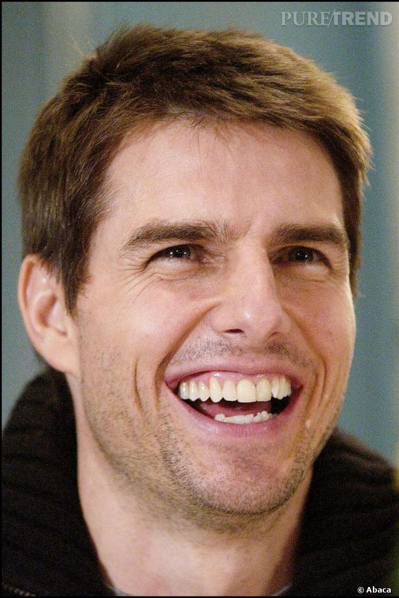 Fin 2001, Tom Cruise a les cheveux courts en brosse négligée. Sa barbe naissante casse le côté gendre idéal.
