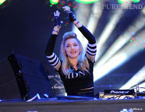 Mitaines, demi-queue brushée et pull à son nom, c'est sûr, Madonna est retombée en pleine crise d'adolescence. A moins que ça ne soit la crise de la cinquantaine ?