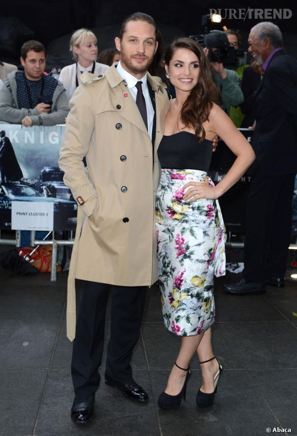 Tom Hardy en total look Burberry aux côtés de sa fiancée Charlotte Riley.
