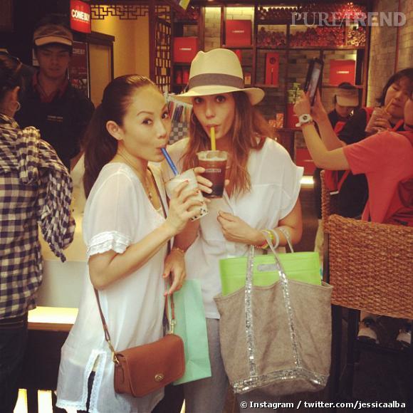 Exit Starbucks et Coffee Bean, Jessica Alba se rend chez Come Buy pour deguster un Boba Tea.
