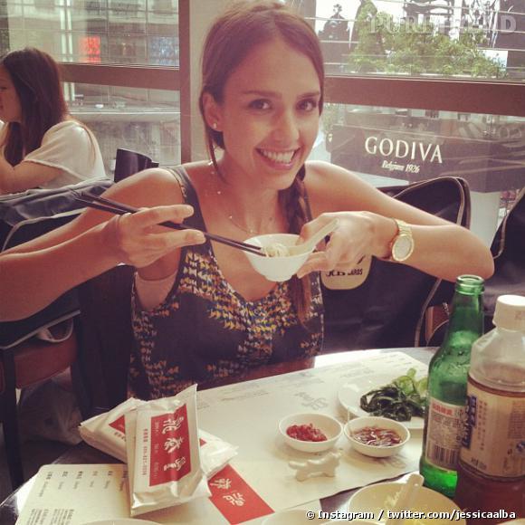L'actrice manie les baguettes comme une pro.