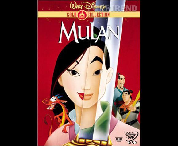 Mulan a des cheveux magnifiques. Son noir profond se diffuse sur ses longueurs ultra-lisses. Pour ses combats, la guerrière se coiffe pratique. Comme nous, elle se fait un chignon bien haut sur la tête.
