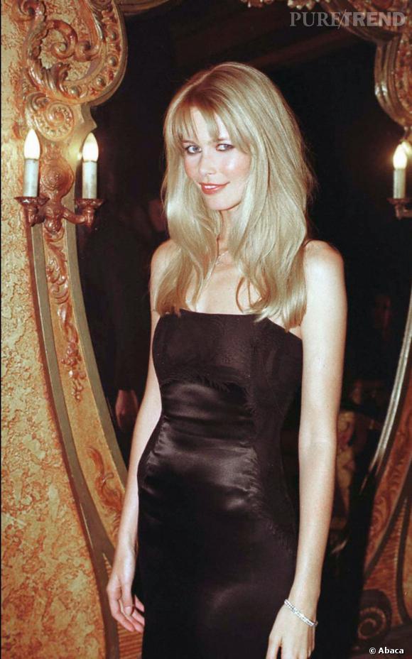 A 27 ans, Claudia Schiffer a un je-ne-sais-quoi de Brigitte Bardot et illumine les tapis rouges avec son teint laiteux et sa chevelure blonde.