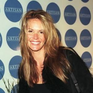 """Difficile à croire mais Elle MacPherson a 36 ans sur cette photo. """"The Body"""" arbore un teint bronzé de retour de vacances et une chevelure décoiffée par le vent de la côte."""