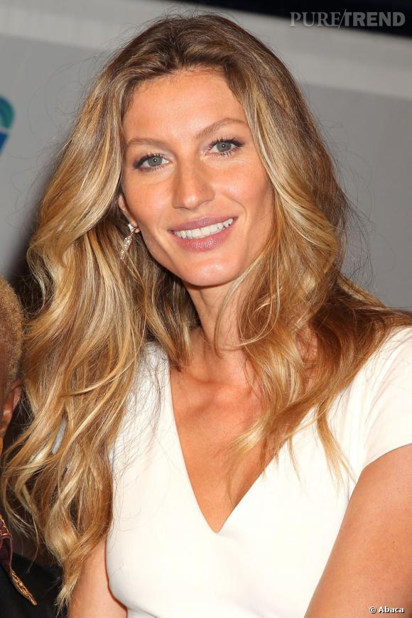A 30 ans, Gisèle est au top, y compris niveau beauty look. Crinière wavy, teint hâlé et make-up discret, la mannequin est une bombe.