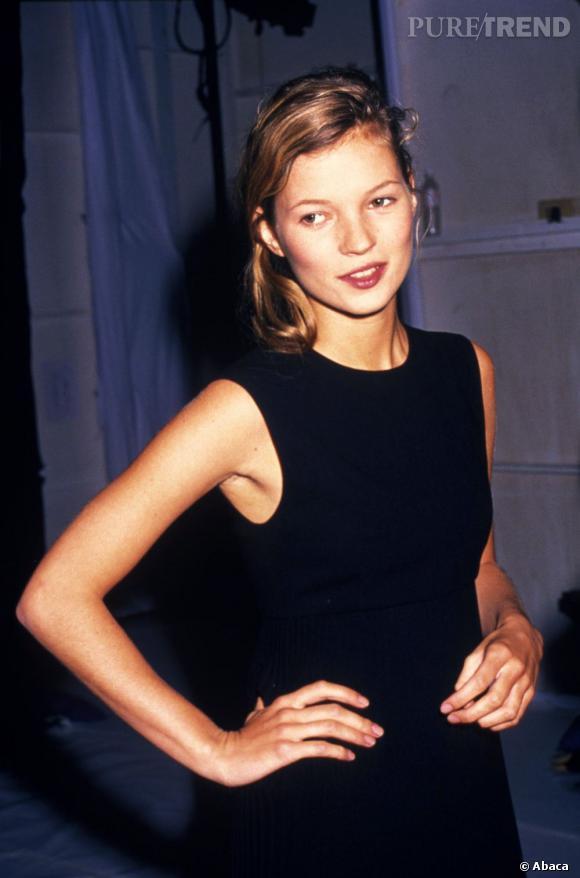 Kate Moss n'a que 18 ans et une longue carrière de mannequin qui l'attend. Son visage juvénile et sa frêle silhouette vont bientôt se faire un nom.