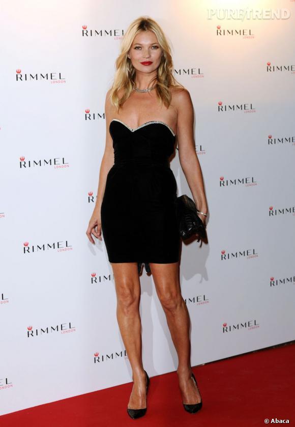 Près de 20 ans plus tard, Kate Moss est toujours au top. Devenue maman, elle n'a rien perdu de sa silhouette et affiche à 38 ans un beauty look parfait : teint nude, chevelure blonde brushée et bouche carmin pour une touche de sophistication et de glamour.
