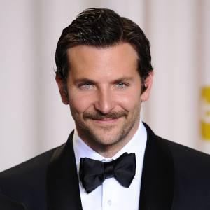 Bradley Cooper essaie de faire oublier sa pornstache en arborant une barbe de trois jours mais nous ne sommes pas dupes.
