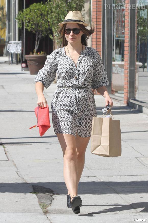 Sophia Bush nous a habitués à mieux. Une robe blouse mi-longue, des derbies et un panama en paille : mais où est notre it-girl ?