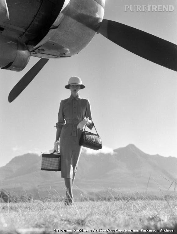 Intitulé The Art of Travel ce cliché de Norman Parkinson pour Vogue date de 1951 et met en scène sa femme, Wenda Parkinson, sur le tarmac de Nairobi capitale du Kenya.