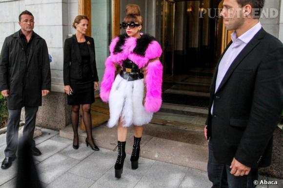 Rien ne manque à sa panoplie de diva, des chaussures folles aux lunettes extravagantes.