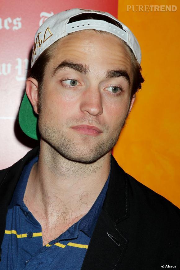 La bonne résolution de Robert Pattinson :  Arrêter de chouiner. On n'est pas dupe, on a beau le voir hyper souriant lors de sa promo, on est sûr que le pauvre acteur se lamente toutes les nuits sur son sort...