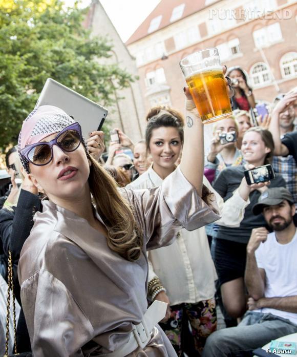 Lady Gaga se détend en buvant une bière, qu'importe si une horde de fans l'entoure !