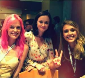 Jessica Alba continue de prendre quelques souvenirs de la Convention, avec Alexis Bledel et Taylor Bagley.