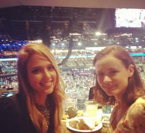 Jessica Alba soutient son amie Eva Longoria qui fait un discours à ce moment même.