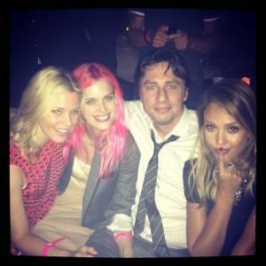 De gauche à droite : Elizabeth Banks, Taylor Bagley (la copine de Zach Braff), Zach Braff et Jessica Alba ! Les stars s'amusent !