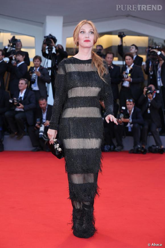 De son côté, c'est en robe à rayures transparentes, que Joséphine de La Baume a foulé le tapis rouge...