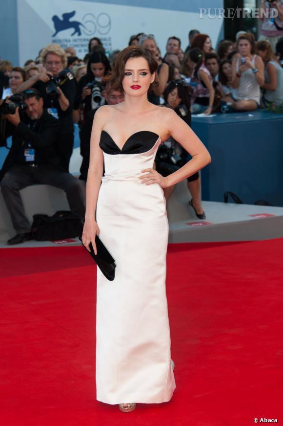 """Magnifique en robe blanche et noire, l'actrice de """"Kaboom"""" a attiré tous les regards."""