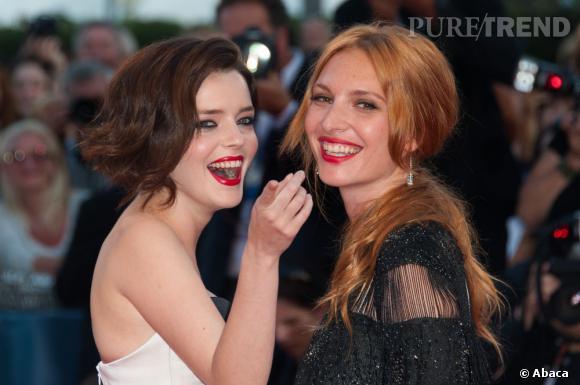 Les deux actrices, très à l'aise devant les photographes, se sont fendues d'un baiser...