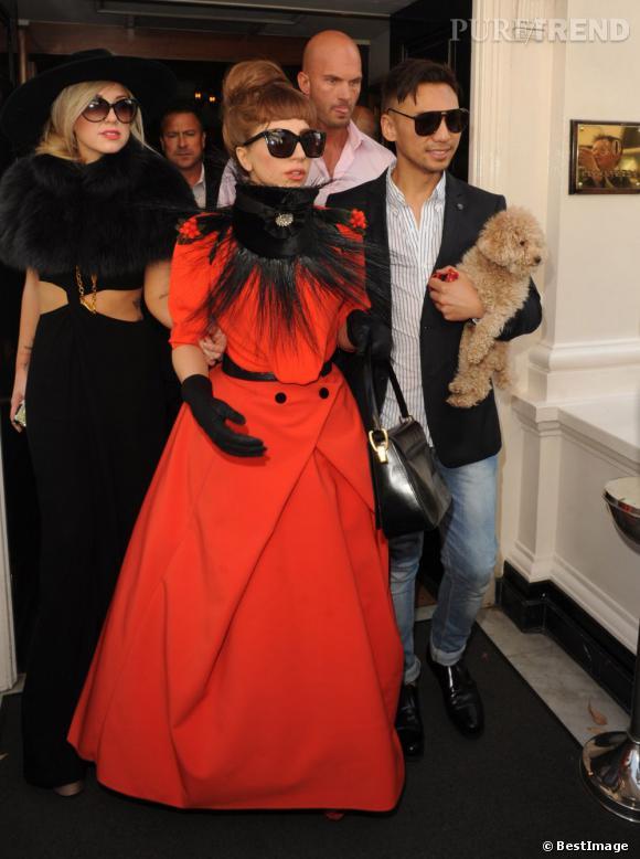Lady Gaga et sa cour à la sortie du casino Crockfords de Londres, le 9 septembre dernier.