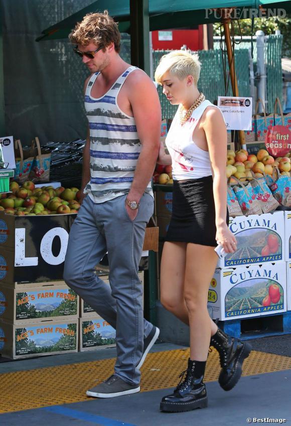 Miley Cyrus foule le pavé en Dr. Martens compensées au bras de son fiancé Liam Hemsworth.