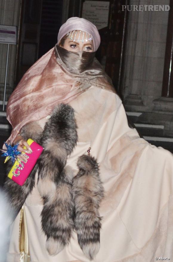 Lady Gaga joue la carte de la polémique au défilé Philip Treacy.
