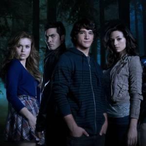 """Holland Roden et l'équipe de la série """"Teen Wolf""""."""