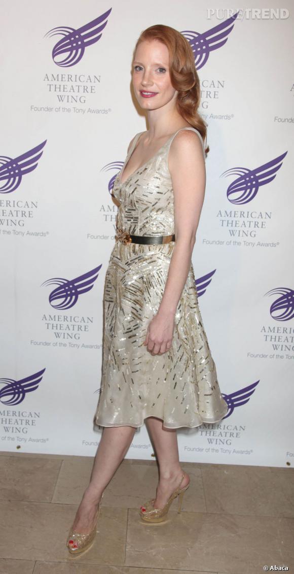 La jeune femme s'affiche avec glamour dans une robe Oscar de la Renta ivoire aux détails dorés.