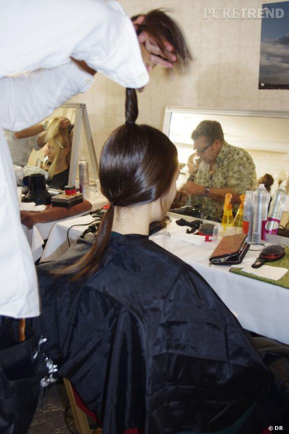 La coiffure pensée par Eugène Souleiman se compose de plusieurs éléments. Les mèches plaquées sont remontées en tresse et en chignon.