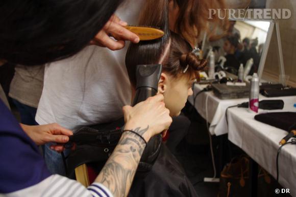 On plaque ensuite bien les cheveux du dessous pour les remonter en chignon sur le sommet de la tête.