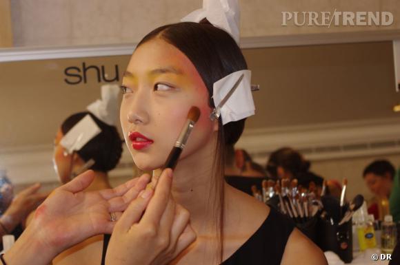 Le maquillage est riche, coloré, dramatique, presque théatral.