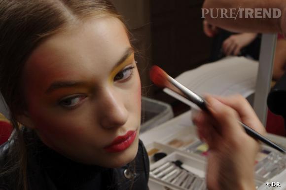 Les lèvres glossy viennent contraster le maquillage très poudré.