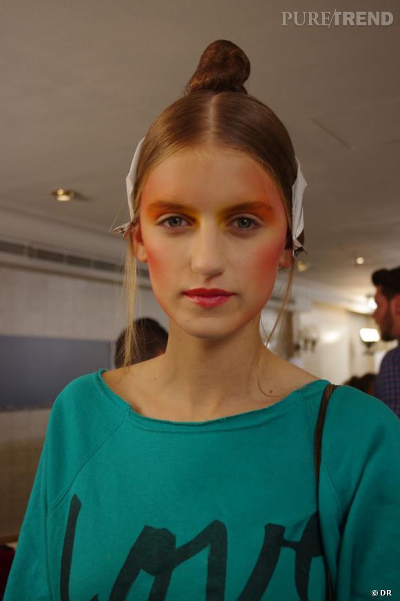 Le maquillage lumineux apporte du mystère au regard.