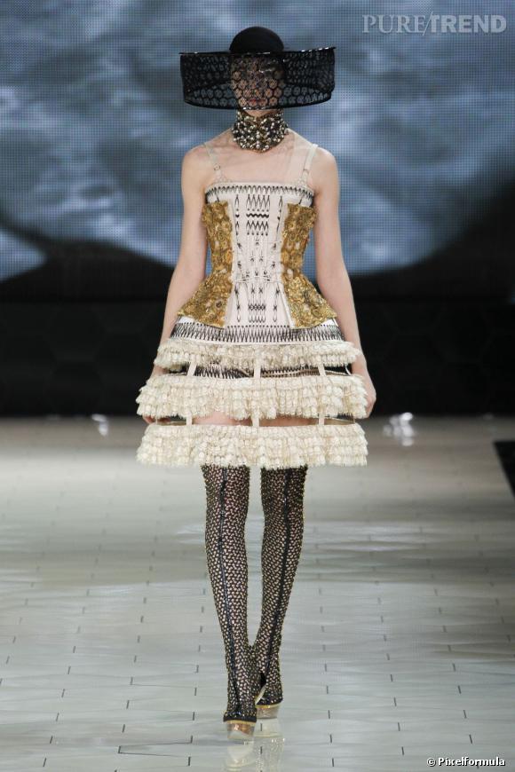 Best of Paris Fashion Week Printemps-Eté 2013  Alexander McQueen De la Haute Couture par Sarah Burton où la beauté devient magistrale et inquiétante.
