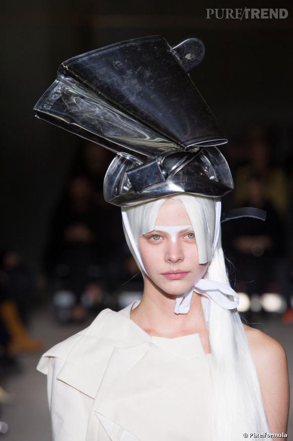 Les cheveux blancs et le chapeau métal     Défilé Comme des Garçons Printemps-été 2013.