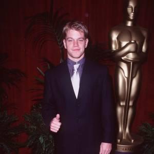 Matt Damon aux Oscars en 1998, allure décontractée.