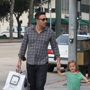 La meilleure chemise : En excursion shopping avec ses enfants, Ben Affleck se fait beau et dégaine jean brut + chemise à carreaux. Chic et casual.