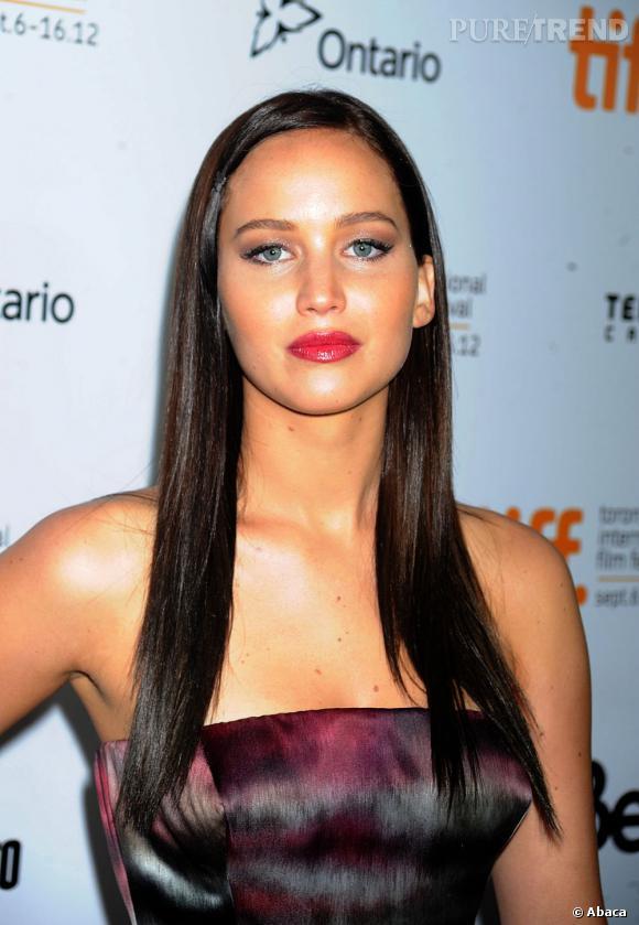 """Le pire brun :  Jennifer Lawrence est passée du blond au brun. Le problème, c'est que l'association d'une teinte trop sombre et du lissage est too-much. L'actrice de """"Hunger Games"""" en devient presque vulgaire."""