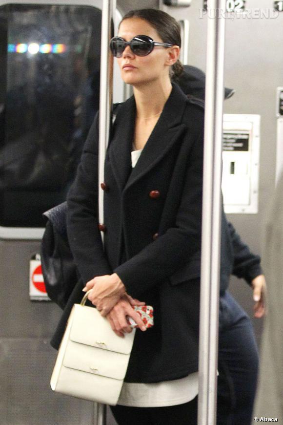 Katie Holmes passe presque inaperçue dans le métro.