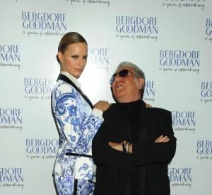Juchée sur une paire de Louboutin, Karolina fait tourner le cou de Roberto Cavalli.